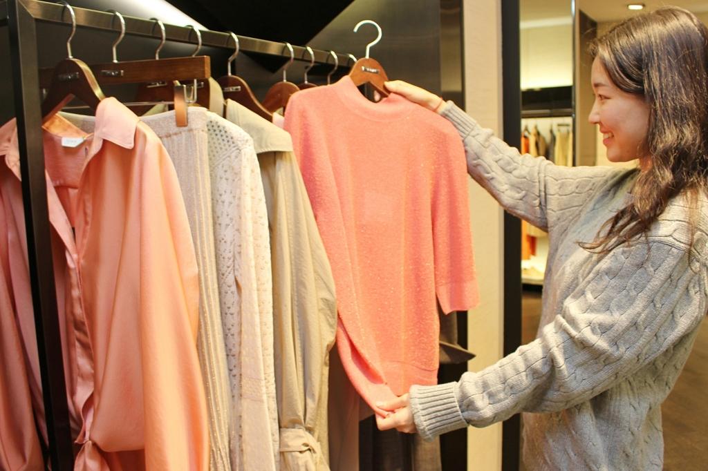 봄 옷을 살펴보는 소비자