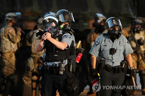 시위 진압 나선 미니애폴리스 경찰 모습 [로이터=연합뉴스]