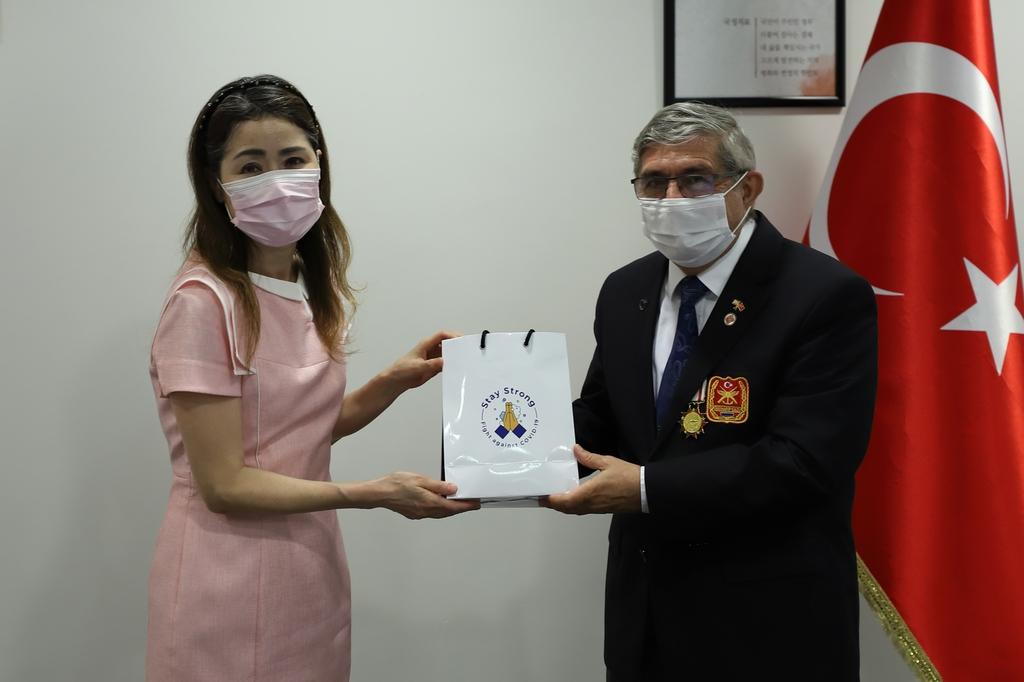 이스탄불총영사관 터키 참전용사에 마스크 전달