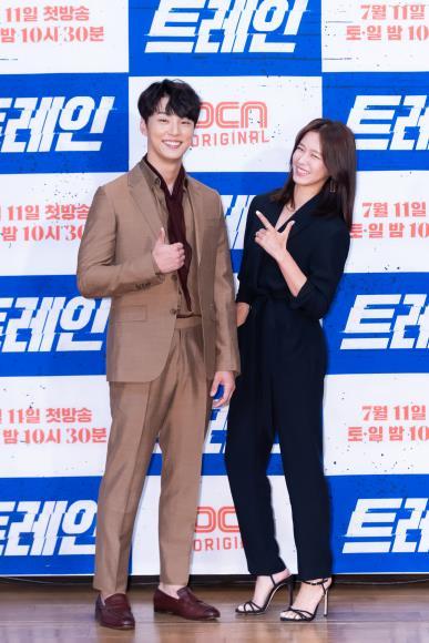 트레인 윤시윤(왼쪽)과 경수진