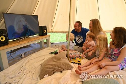 코로나19 봉쇄 기간 텐트서 보내는 영국 가족(자료사진)