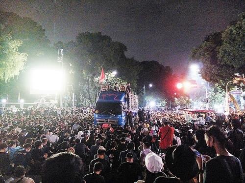 밤 늦은 시간에서도 총리실 옆에서 계속된 반정부 집회. 2020.10.14