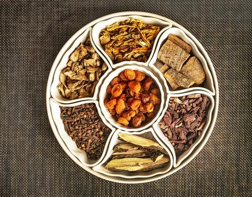감홍로에는 계피, 진피, 정향, 생강, 감초, 자초, 용안육 등 7가지 약재가 들어간다. [농업회사법인 감홍로 제공]