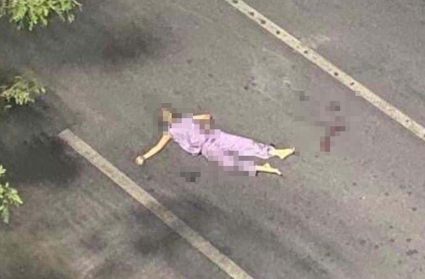 미얀마군의 총격에 쓰러져 도로 위에 놓여있는 텟 텟 윈의 시신.