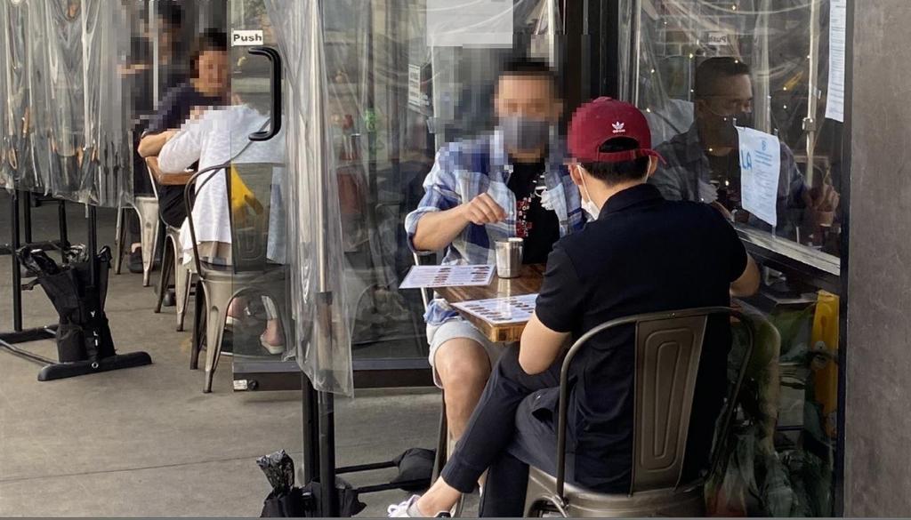 (로스앤젤레스=연합뉴스) 정윤섭 특파원 = 19일(현지시간) 미 캘리포니아 LA 코리아타운의 한 식당에서 한인들이 식사하고 있다.