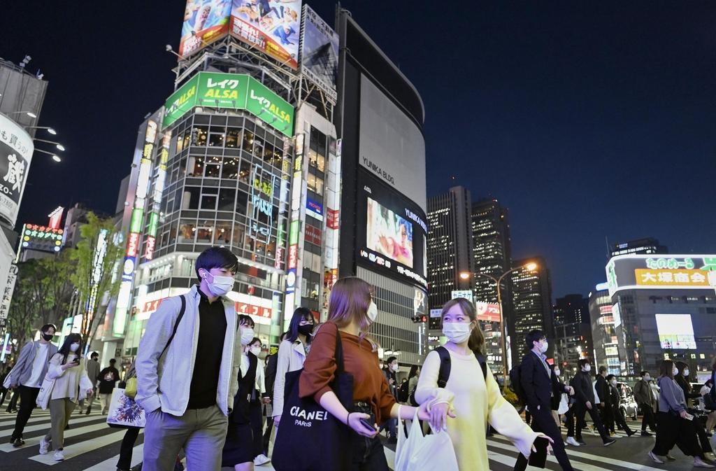 (도쿄 교도=연합뉴스) 일본 정부가 도쿄 등 4개 광역지역을 대상으로 신종 코로나바이러스 감염증 억제를 위한 긴급사태 재선포를 결정한 23일 저녁 도쿄 번화가 신바시(新橋) 주변이 행인들로 붐비고 있다.