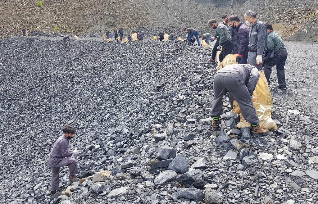 경석장에서 덩어리 석탄 모으는 장성광업소 노사