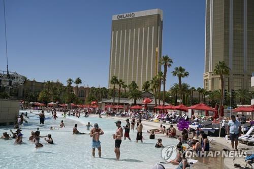 라스베이거스 호텔 수영장에서 물놀이를 즐기는 관광객