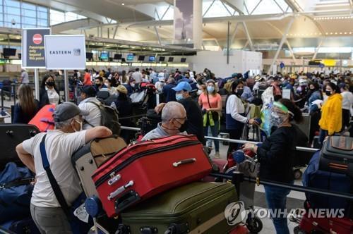메모리얼데이를 앞둔 지난달 28일 미국 뉴욕 존 F 케네디공항에 비행기를 타려는 여행객들이 길게 줄 서 있다. [AFP=연합뉴스]