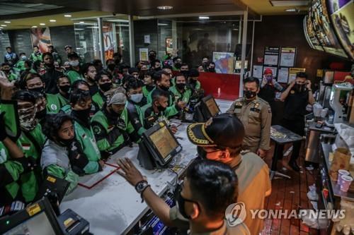 9일 서부자바 보고르의 맥도날드에 몰려든 배달원들