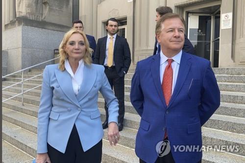 재판을 받고 나오는 맥클로스키 부부 [AP=연합뉴스]