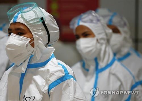인도네시아 자카르타에서 코로나19 환자 치료를 위해 보호 장구를 착용한 의료인. [로이터=연합뉴스]