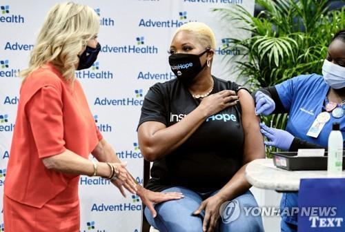 미 대통령 부인 질 바이든 여사가 24일(현지시간) 플로리다 탬파의 백신 접종소에서 접종자와 얘기하고 있다. [AFP=연합뉴스]