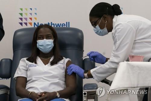 미국에서 첫 코로나19 백신 접종받는 흑인 여성 간호사 샌드라 린지 [EPA=연합뉴스 자료사진]
