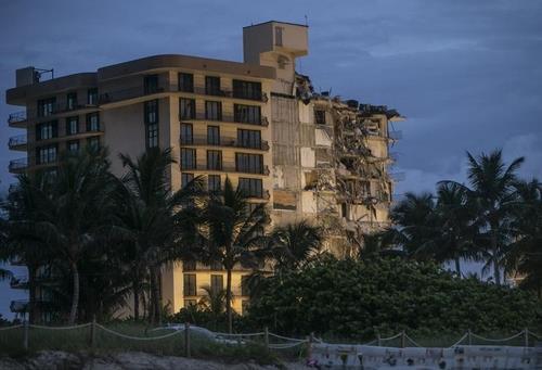 부분 붕괴한 미 플로리다 아파트[AP=연합뉴스 자료사진]