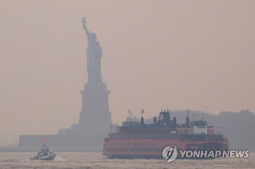 미국 서부 산불이 뿜어낸 연기가 동부까지 도달하면서 뿌옇게 흐려진 뉴욕의 하늘