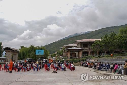 부탄 수도 팀푸의 임시 백신 접종 센터에서 코로나19 백신 접종을 받기 위해 기다리는 주민. [AFP=연합뉴스]