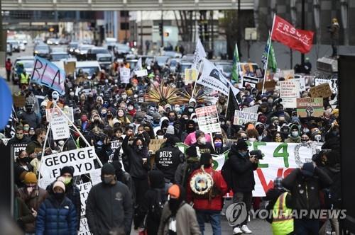 지난 4월 '플로이드 사건' 선고 앞두고 거리행진 하는 미 시위대 [EPA=연합뉴스]