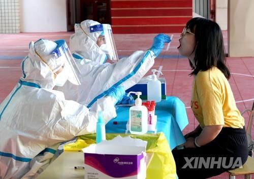 중국 허난성 정저우의 주민 대상 코로나19 핵산 검사