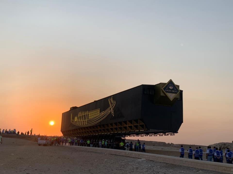 거대한 특수차량에 실려 이동하는 '태양의 배'