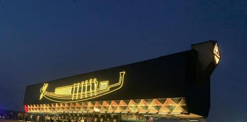 거대한 무진동 차량에 실려 이동하는 '태양의 배'