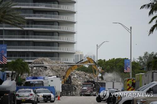 지난 6월 붕괴한 미국 플로리다주 서프사이드 아파트 부지에서 복구작업이 진행 중이다. [AP=연합뉴스 자료사진]