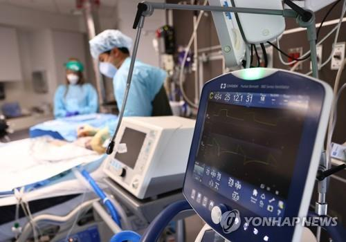 10일(현지시간) 미 루이지애나 레이크찰스 메모리얼병원 중환자실에서 의료진이 코로나19 환자를 돌보고 있다. [AFP=연합뉴스]