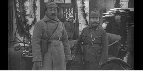 권총 찬 홍범도(왼쪽)·최진동 장군
