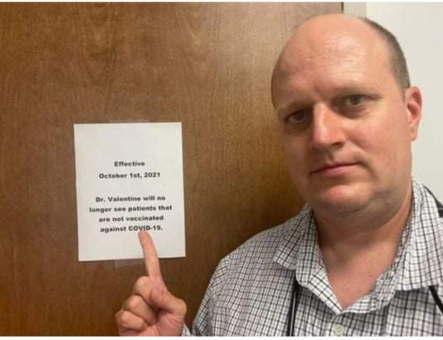 """미국 앨라배마주 의사 제이슨 발렌틴 박사가 17일 진료실 앞에서 """"2021년 10월 1일부터 코로나19 백신을 맞지 않은 환자는 진료하지 않겠다""""고 적힌 안내문을 가리키고 있다. [제이슨 발렌틴 페이스북 캡처. 재판매 및 DB금지]"""