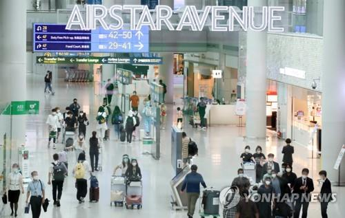 이달 20일 오후 인천공항 제1여객터미널의 면세점 쇼핑객들