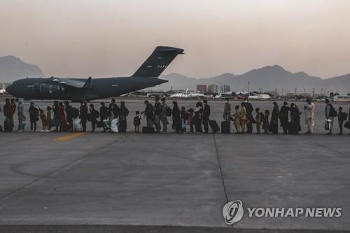 지난 23일 카불공항의 C-17
