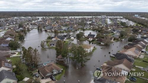 허리케인 동반 폭우로 물에 잠긴 미 루이지애나주 래플레이스 시가지 [AP=연합뉴스]