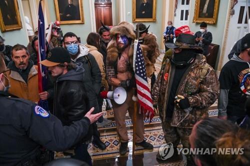 올해 1월6일 의사당에 난입해 기물을 파손하고 대선결과를 인증하려는 의원들을 위협한 친트럼프 시위대[AFP=연합뉴스 자료사진]