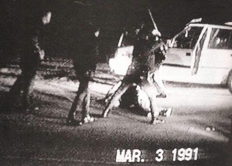 백인 경찰관 4명이 흑인 로드니 킹을 집단 구타하는 장면을 찍은 영상의 한 컷
