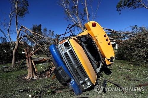 나무에 부딪힌 미국 통학버스