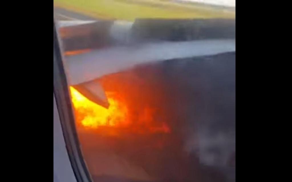엔진에 불붙은 미국 항공기
