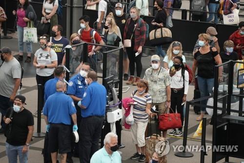 미국 덴버 국제공항에서 보안 검색을 기다리는 여행객들