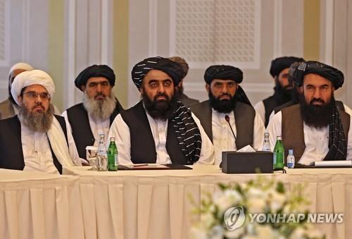 아미르 칸 무타키 외교부 장관(가운데) 등 탈레반 정부 인사.