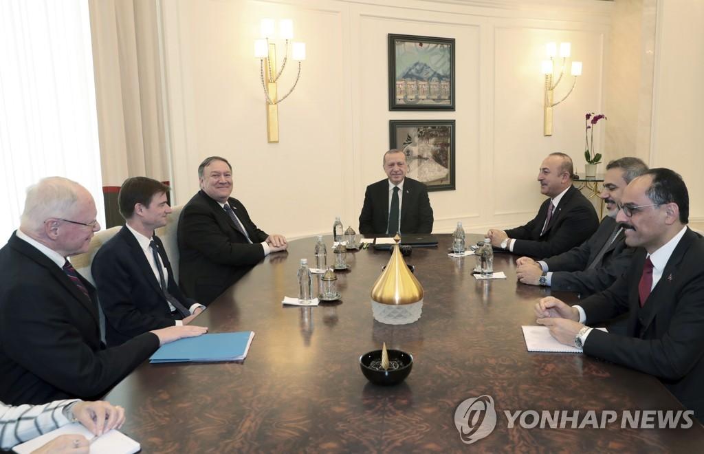 올해 10월 터키를 방문해 레제프 타이이프 에르도안 터키 대통령(가운데)과 만난 마이크 폼페이오 미국 국무장관(왼쪽 세번째)과 제임스 제프리 시리아 담당 특사(왼쪽) [AP=연합뉴스 자료사진]