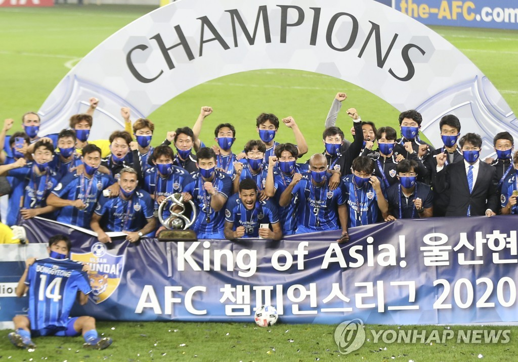 In this Associated Press file photo from Dec. 19, 2020, members of Ulsan Hyundai FC celebrate winning the Asian Football Confederation Champions League title over Persepolis FC at Al Janoub Stadium in Al Wakrah, Qatar. (Yonhap)