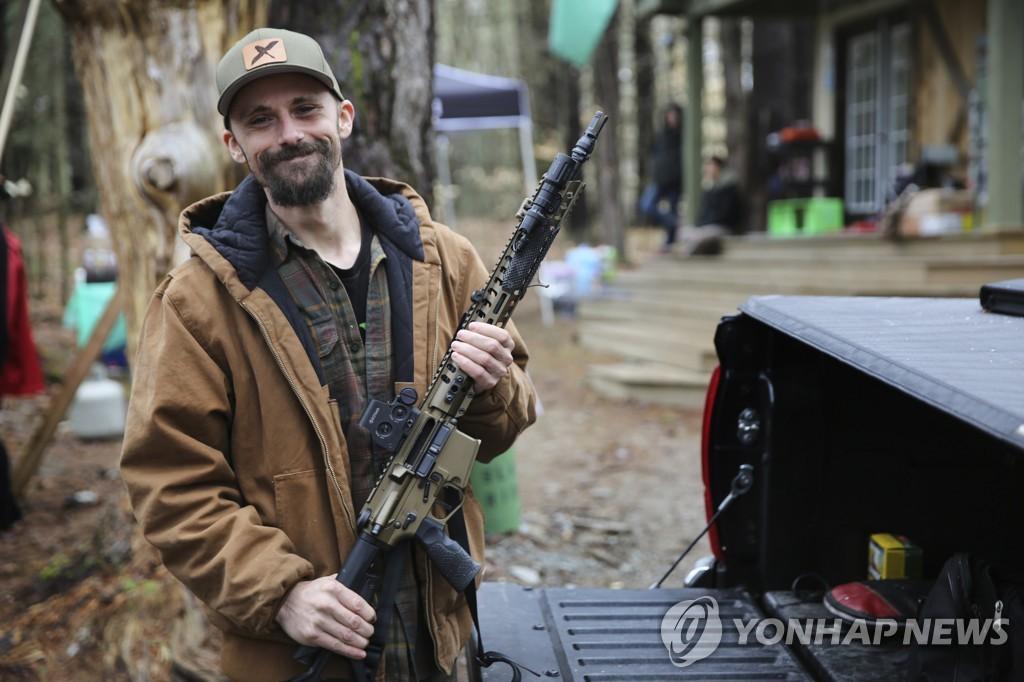 사격 훈련장에서 AR-15를 휴대하고 있는 미국 남성[AP=연합뉴스 자료사진]