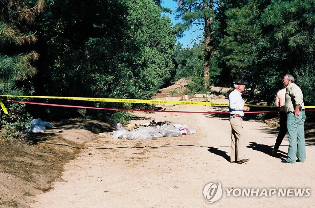 1988년 피츠 살인 사건 현장에서 수사관들이 조사하고 있다.