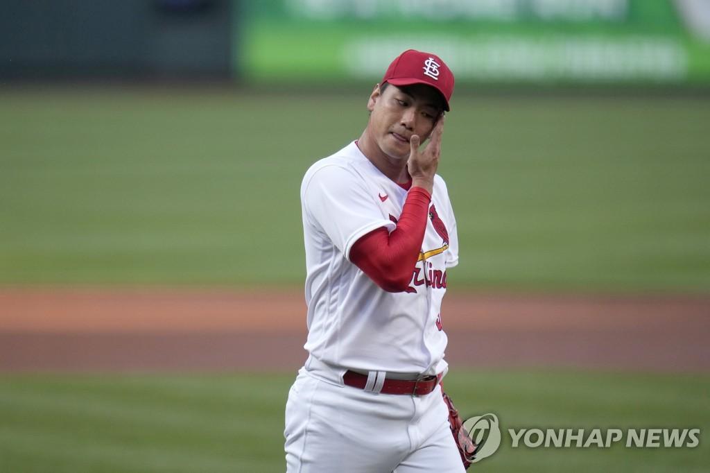 땀을 훔치는 김광현