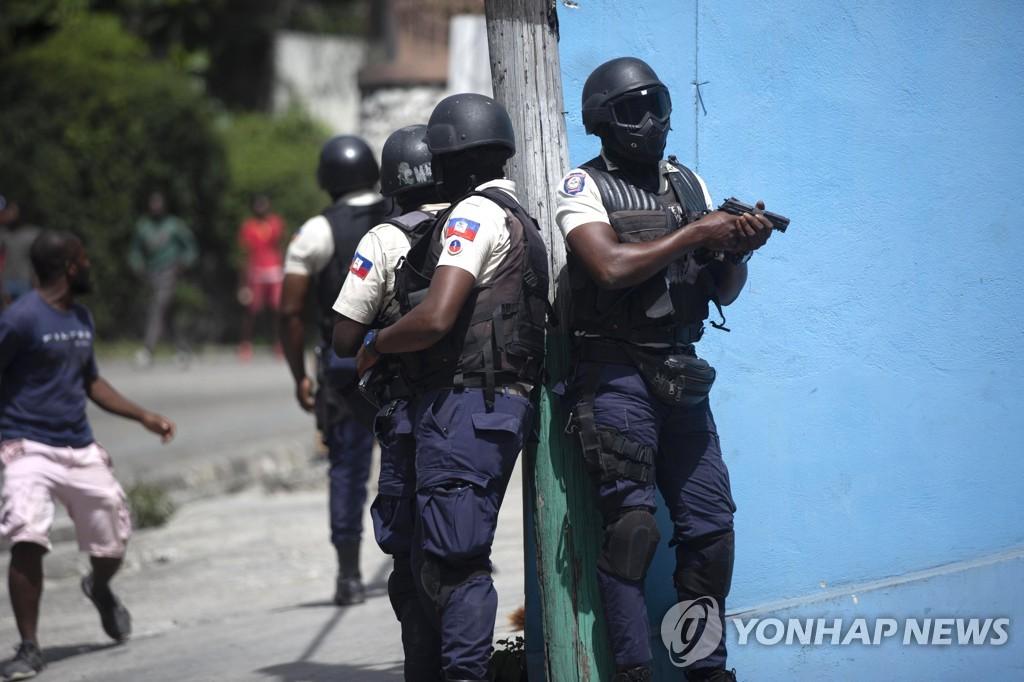 용의자 추적 중인 아이티 경찰