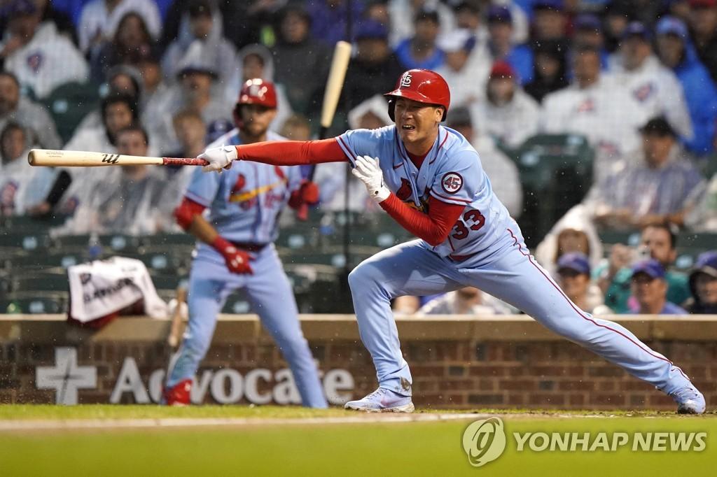 타격하는 김광현