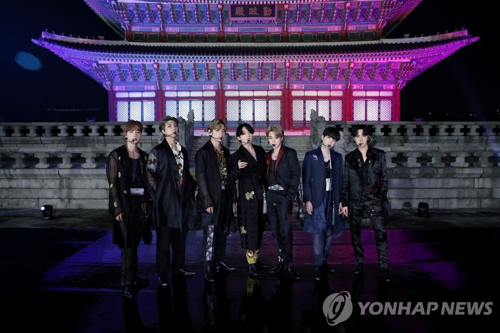 Cette photo, fournie par Big Hit Entertainment le 29 septembre 2020, montre le groupe K-pop BTS posant pour une photo devant le Hall Geunjeongjeon du Palais Gyeongbok à Séoul, où le groupe a filmé une représentation pour la «BTS Week» de l'émission The Tonight Show Starring Jimmy Fallon sur NBC aux Etats-Unis. (Archivage et revente interdits)