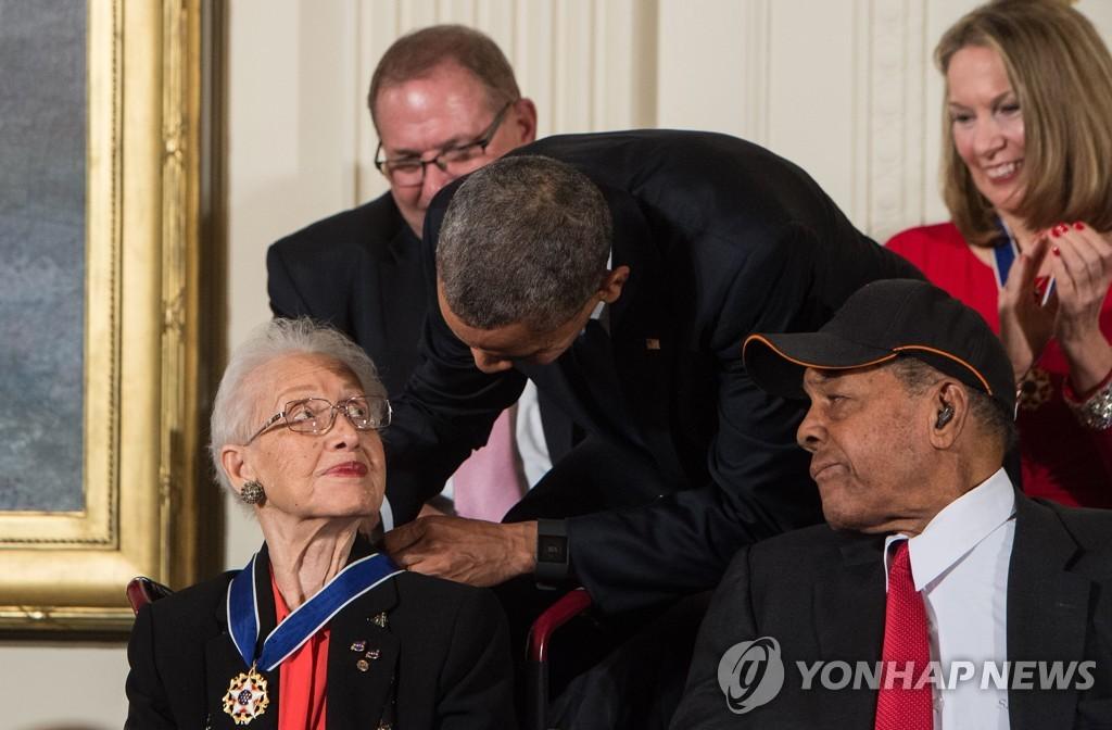 2015년 버락 오바마 당시 미국 대통령으로부터 '자유의 메달'을 받은 캐서린 존슨