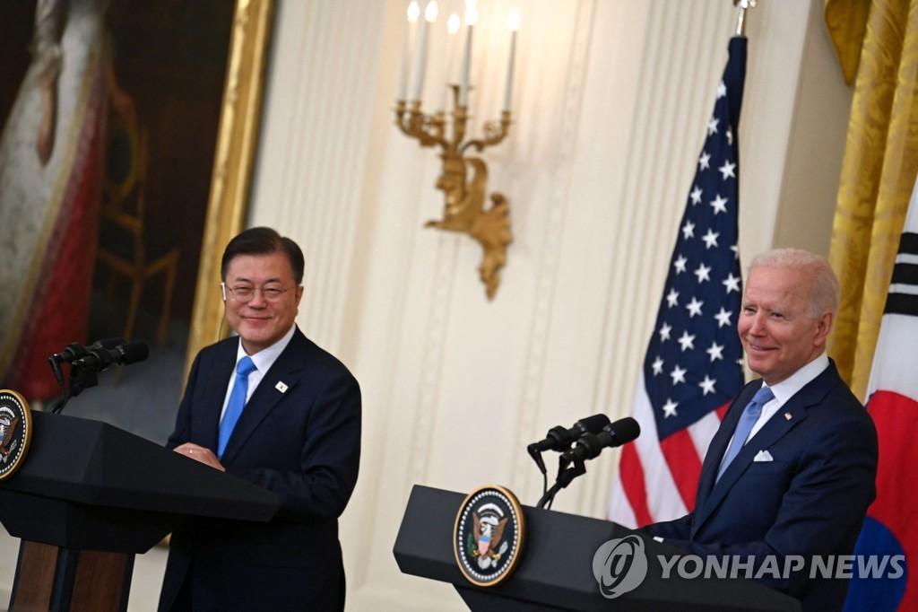 공동 기자회견 하는 문 대통령(왼쪽)과 바이든 대통령