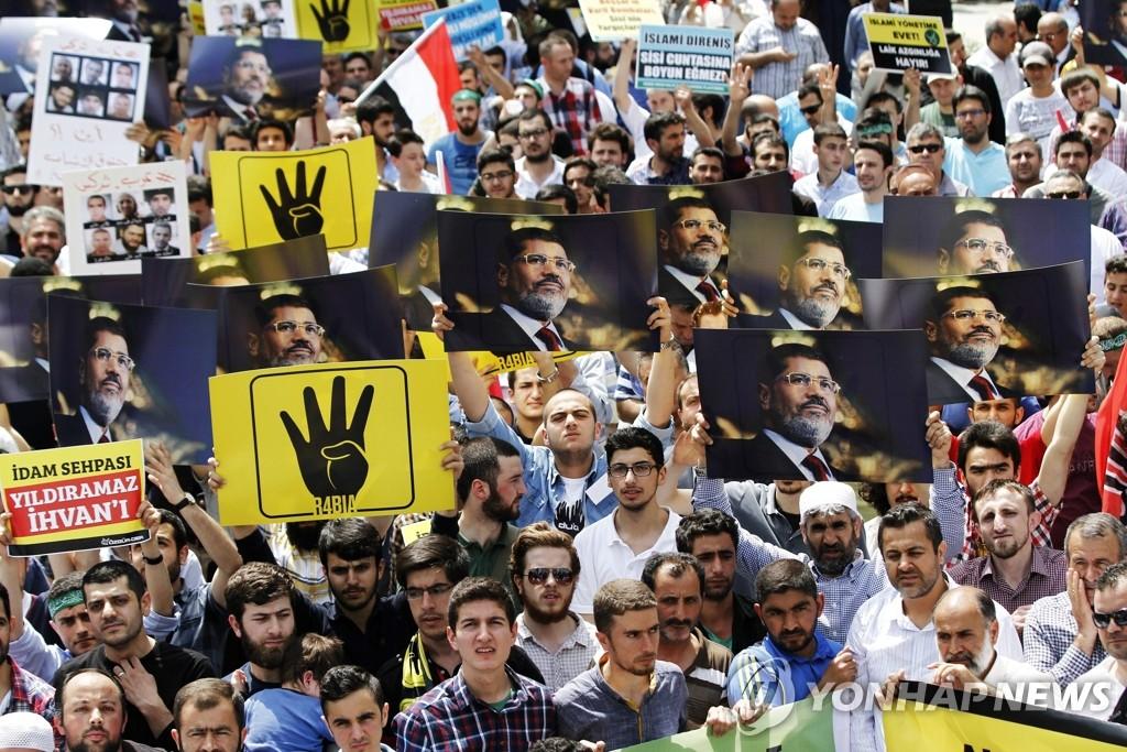 2015년 이스탄불에서 열린 무르시 전 이집트 대통령 사형 선고 항의 시위에 등장한 '무슬림형제단' 상징 손동작 '라비아'