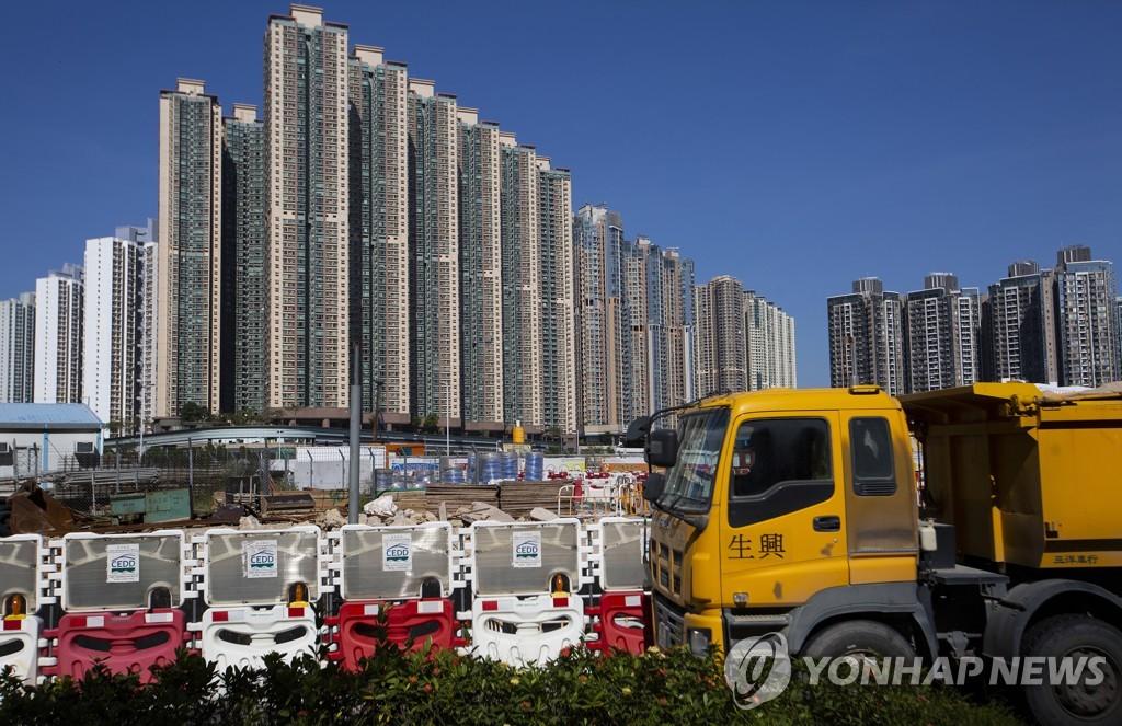 홍콩 고층 주거용 건물들과 공사장 [EPA=연합뉴스]